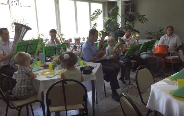 Духовой оркестр играет на Христианской Свадьбе