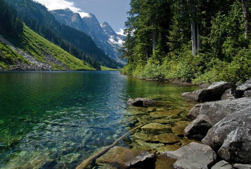 polnaya reka v gorakh